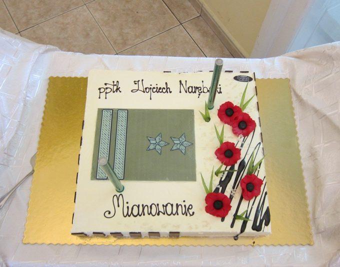 Wraz z gratulacjami i życzeniami kolejnych awansów,wręczyliśmy tort oraz bukiet maków.